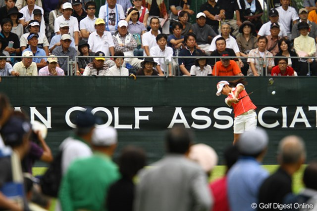 2011年 日本女子オープンゴルフ選手権競技 2日目 宮里藍 「藍チャージ」を期待する多くのギャラリーを引き連れてのラウンドでした。