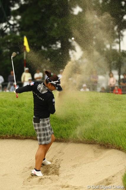 2011年 日本女子オープンゴルフ選手権競技 2日目 有村智恵 16番Par4、ラフからのセカンドショットはグリーン周りのバンカーへ。目玉どころかボールがすっぽりと砂に突き刺さってしまいました。