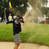 16番Par4、ラフからのセカンドショットはグリーン周りのバンカーへ。目玉どころかボールがすっぽりと砂に突き刺さってしまいました。 2011年 日本女子オープンゴルフ選手権競技 2日目 有村智恵