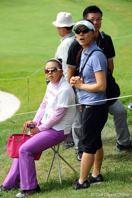2011年 コカ・コーラ東海クラシック 3日目 佐伯三貴 女子オープンのラウンド(朝イチスタート)を終えて駆けつけてきました。トレーナーとマネージャーを従え、お姫様はチェアに座って観戦ですう。ちなみに、諸藤クンの組をご観戦しておられました。