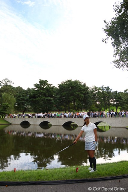 2011年 日本女子オープンゴルフ選手権競技 3日目 宮里藍 続く17番Par3、ティショットは木に当たり、カート道路を跳ねて池へ。痛恨のダボ。