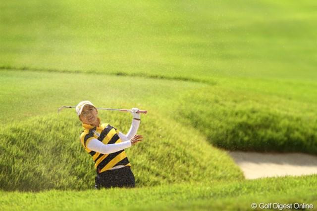 2011年 日本女子オープンゴルフ選手権競技 3日目 横峯さくら 1番Par4の3rdショットはバンカーからサヨナラ満塁ホームラ~ン!!