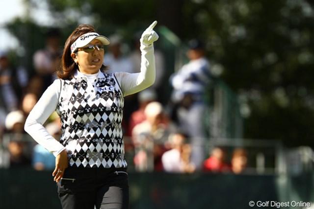 2011年 日本女子オープンゴルフ選手権競技 3日目 福嶋晃子 「今日も狙っちゃう?」男子プロ並みに、1番Par4で左の林の上からグリーン方向を狙えるのはアッコちゃんだけです。