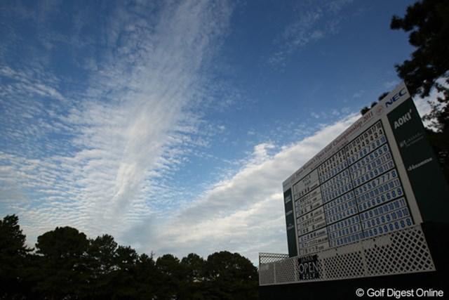 2011年 日本女子オープンゴルフ選手権競技 3日目 スコアボード 青い空が反射してるの?すべて青字のスコアボードって・・・初めて見たかも。