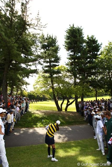 2011年 日本女子オープンゴルフ選手権競技 3日目 横峯さくら しかも場外アーチ!2番ティ付近までかっ飛ばしました。