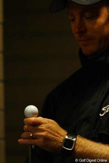 「雨で暇だなぁ」と、手品を始めました。手の上で高速回転しているボールにご注目!エアガンを使って回してます。