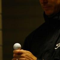 「雨で暇だなぁ」と、手品を始めました。手の上で高速回転しているボールにご注目!エアガンを使って回してます。 2011年 キヤノンオープン 事前 クリス・キャンベル