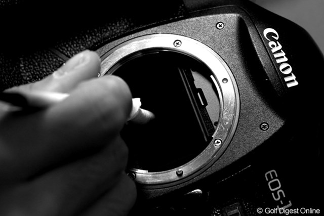 カメラマンの強い味方です。今週はプレスルームにキヤノンさんのプロサービスの方が常駐してくれています。雨で濡れたカメラのお掃除をお願いしました。