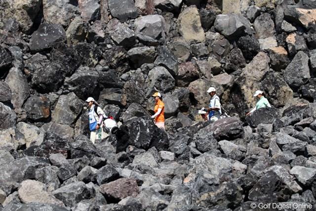 2011年 SANKYOレディースオープン 初日 古閑美保 佐伯三貴 まさに溶岩の中を歩ってます