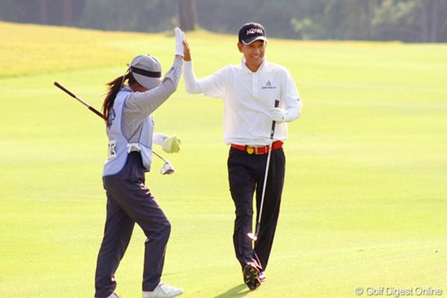 2011年 皇潤カップ日本プロゴルフシニア選手権大会 3日目 キム・ジョンドク 最終18番で、チップインバーディを決めキャディとハイタッチを交わしたキム・ジョンドク