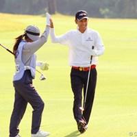 最終18番で、チップインバーディを決めキャディとハイタッチを交わしたキム・ジョンドク 2011年 皇潤カップ日本プロゴルフシニア選手権大会 3日目 キム・ジョンドク