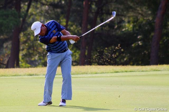 2011年 皇潤カップ日本プロゴルフシニア選手権大会 3日目 B.ルアンキット 深いラフを避け、フェアウェイキープのB.ルアンキットが3位をキープ