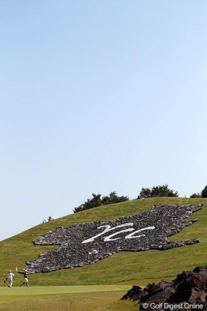 溶岩で模られた鶴が舞う形の群馬県