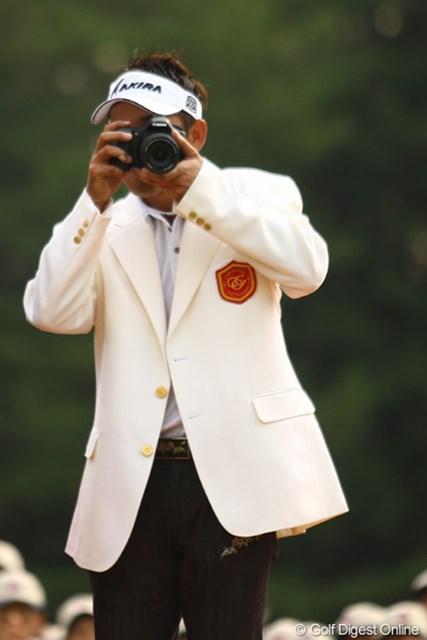 副賞のカメラを覗いてお茶目な一面も。昨年の横田プロに続いて、今年も1971年生まれの久保谷プロが優勝したキヤノンオープン。がんばれアラフォー!あっ、俺も1971年生まれだった・・・。がんばろう・・・