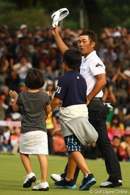 2011年 キヤノンオープン 最終日 久保谷健一 久保谷健一は、2人の子供の前では初めて優勝シーンを見せた
