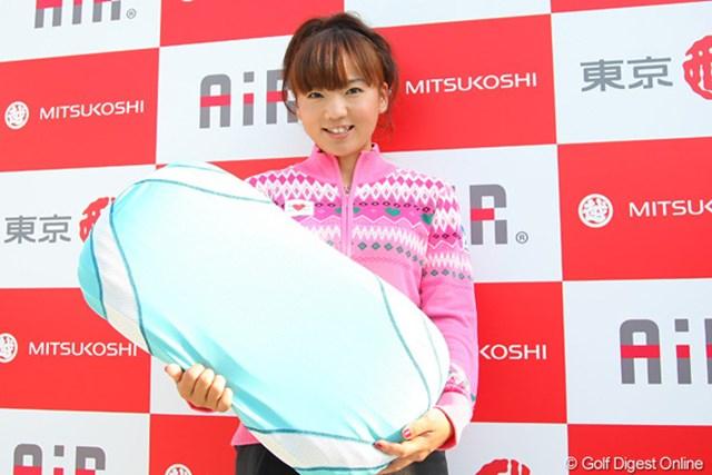 お気に入りの「コンディションニングピロー」を持って笑顔の有村智恵