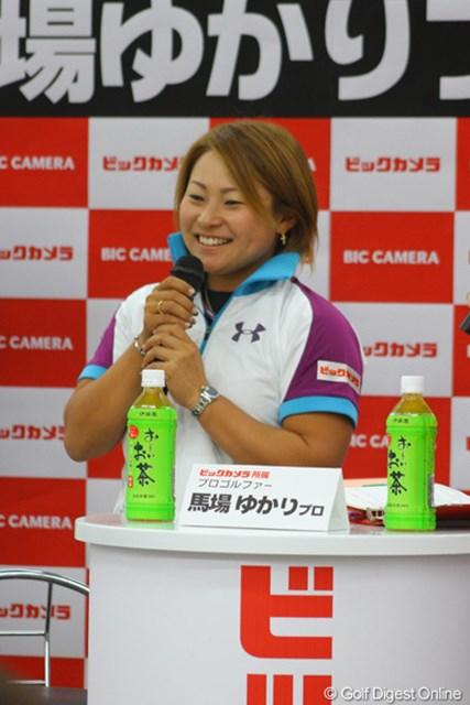 2011年 ビックカメララゾーナ川崎店 トークショー 馬場ゆかり 「日本女子オープン」を制し、初のメジャータイトルを獲得した馬場ゆかり。過密スケジュールの中でも疲れを見せず、終始笑顔でトークショーに出演した