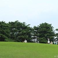 7番パー3でバーディを奪ってギャラリーに手を挙げたネベン・ベーシック。カップ、どこ? 2011年 日本オープンゴルフ選手権競技 2日目 ネベン・ベーシック