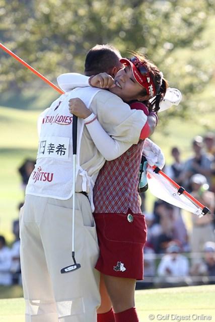 2011年 富士通レディース 最終日 藤田幸希 キャディの橋本さんとガッツリ・・・