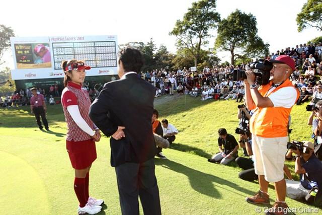 2011年 富士通レディース 最終日 藤田幸希 ギャラリーも見守る中での優勝インタビュー