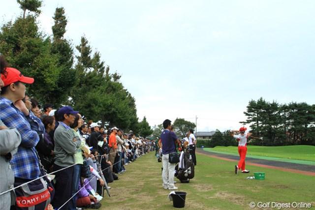 2011年 日本オープンゴルフ選手権競技 最終日 練習場 石川遼選手がくればこの大観衆になります。