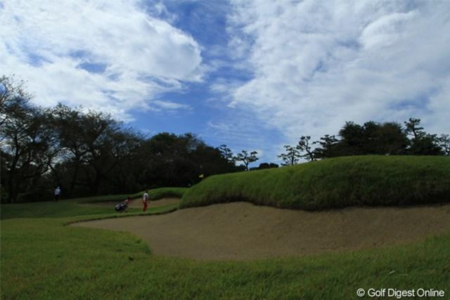 2011年 日本オープンゴルフ選手権競技 最終日 3H Green 奥を歩く石川遼選手。