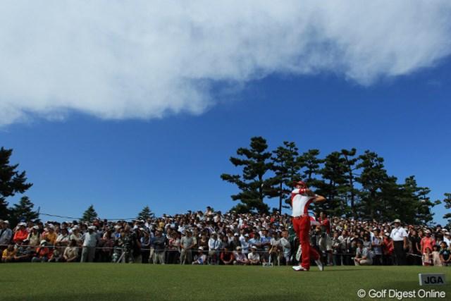 2011年 日本オープンゴルフ選手権競技 最終日 石川遼 8H Tee Shot ギャラリー、青空、雲のしま模様をお楽しみください。