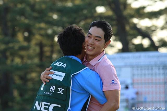 2011年 日本オープンゴルフ選手権競技 最終日 ベ・サンムン 優勝おめでとうございます。キャディさんもうれしそうでした!そりゃうれしいわ!
