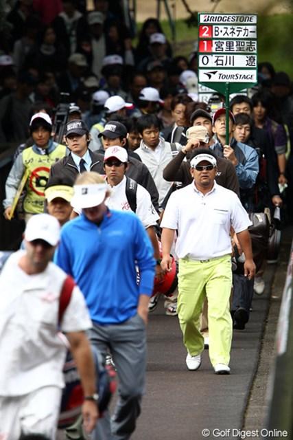 2011年 ブリヂストンオープンゴルフトーナメント 初日 ブラント・スネデカー、石川遼、宮里聖志  当然といえば当然この組にたくさんギャラリーが集合です