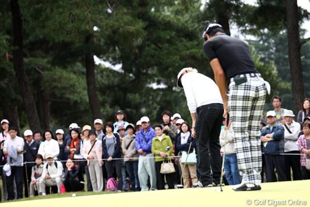 2011年 ブリヂストンオープンゴルフトーナメント 2日目 Bスネデカー 石川遼 スネデカーの後方で一緒に素振りをする遼君