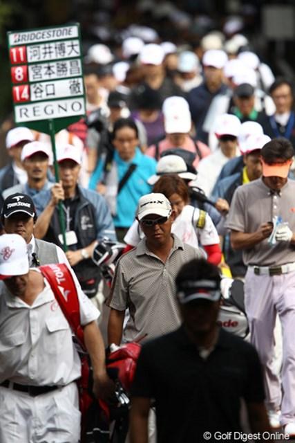 2011年 ブリヂストンオープンゴルフトーナメント  最終日 最終組  平均年齢高そうな最終組、それでもゴルフファンはついて行きます