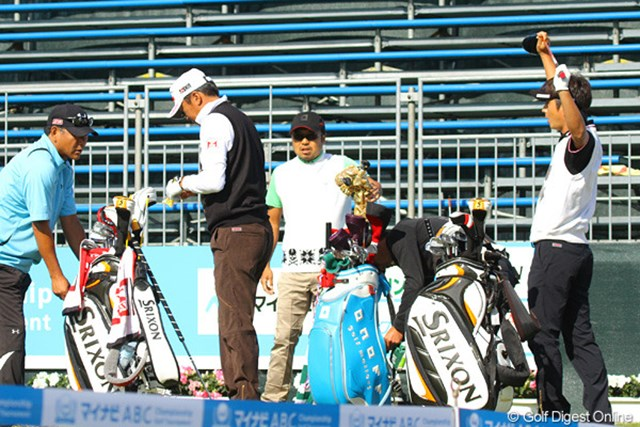 2011年 マイナビABCチャンピオンシップゴルフトーナメント 事前 片山晋呉 プロアマ日の午後、広田悟、冨山聡と練習ラウンドをスタートする片山晋呉
