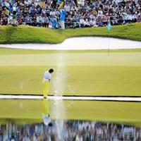 満員のギャラリーに向かって豪快なウォーターショットを披露しております。しかも1発目が再び池に戻っての2打目です。サービス満点やおまへんか~! 2011年 マイナビABCチャンピオンシップゴルフトーナメント 3日目 立山光広