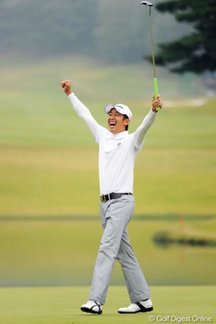この日24ホールの激闘を制した河野晃一郎が最高の笑顔を見せた