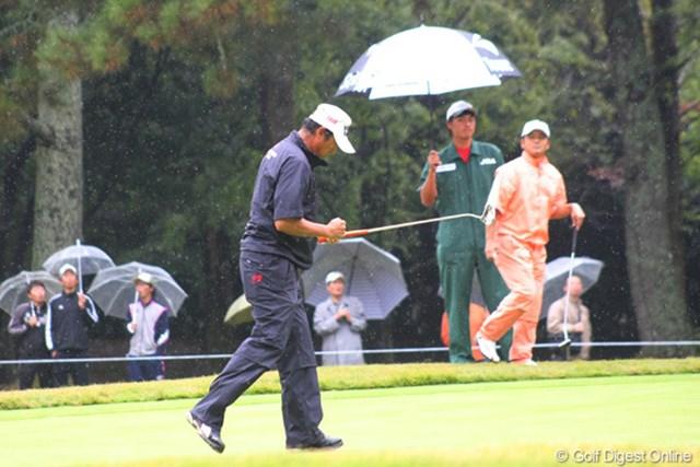2011年 日本シニアオープンゴルフ選手権競技 最終日 芹澤信雄 バーディ発進で小さくガッツポーズ。首位の室田にプレッシャーをかけ続けた。