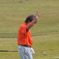 ギャラリーの声援に手を挙げて応える。 2011年 富士フイルムシニアチャンピオンシップ 初日 尾崎健夫