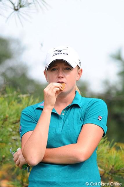 プロの勝負メシ③ステーシー・ルイス 日本ではあまり見かけんタイプの、薄いビスケットのようなものを食しておられました。