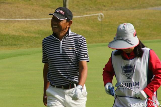 2011年 富士フイルムシニアチャンピオンシップ 最終日 高橋勝成 ギャラリーの歓声に笑顔で応えていました。