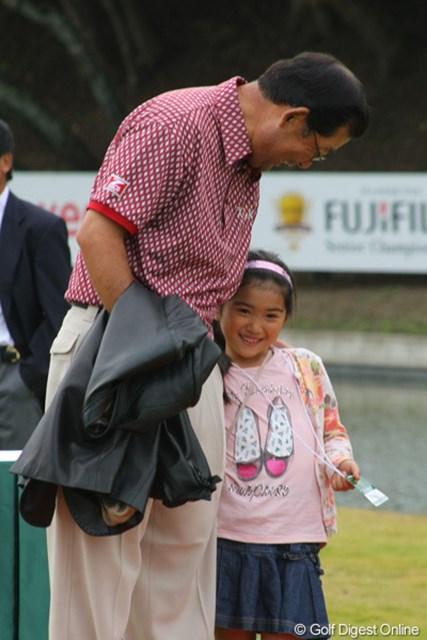 2011年 富士フイルムシニアチャンピオンシップ 最終日 中嶋常幸 表彰式での一幕、お孫ちゃんにデレデレの中嶋さん