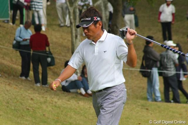 2011年 富士フイルムシニアチャンピオンシップ 最終日 尾崎直道 惜しくもパーパットを外してボギーとした4番、悔しさが滲みます。
