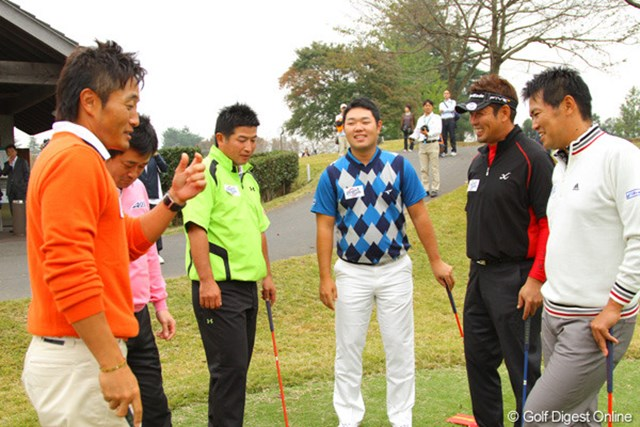 2011年 第9回スナッグゴルフ対抗戦 JGTOカップ全国大会 男子プロ6人 試合前に円陣をくむ男子プロの面々