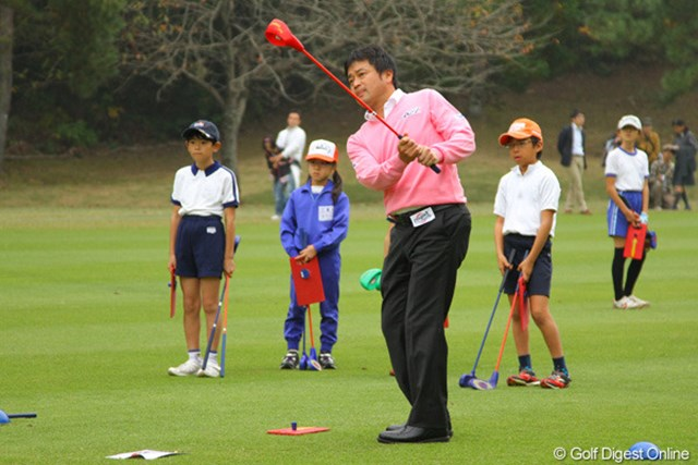 2011年 第9回スナッグゴルフ対抗戦 JGTOカップ全国大会 横田真一 技巧派の横田真一はスナッグゴルフのクラブの特性を細かくチェックしながらラウンドした