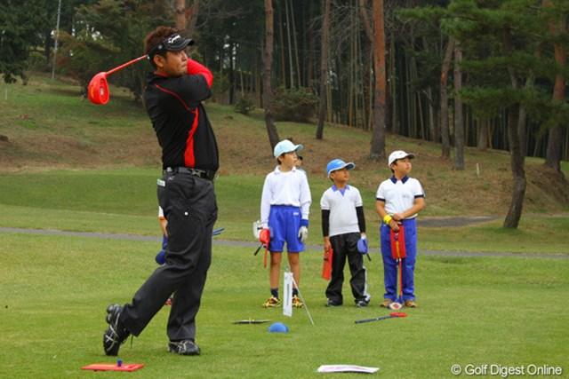 2011年 第9回スナッグゴルフ対抗戦 JGTOカップ全国大会 小山内護 本気で小学生と飛距離勝負をした小山内護。打ち方の違い?負ける場面も・・・