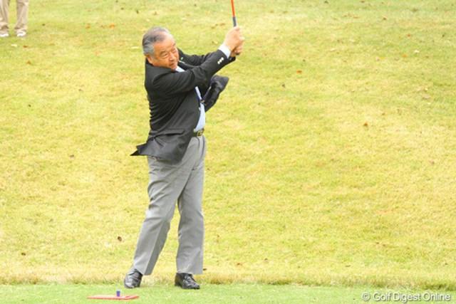 2011年 第9回スナッグゴルフ対抗戦 JGTOカップ全国大会 小泉直会長 JGTO小泉直会長も練習に参加し渾身のショット!
