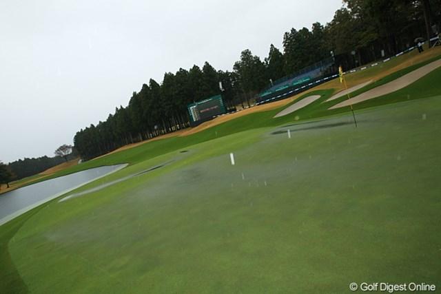 18番のグリーンにも水たまりができ、プレー続行が不可能に。大会は54ホールに短縮された