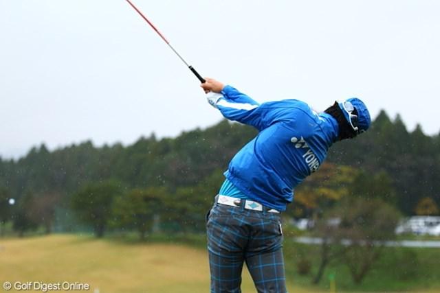 第2ラウンドのスタートを待った石川遼は打撃練習場でスイングを続けた