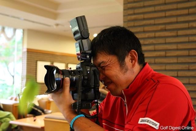 僕のカメラにもて遊ばれる小田龍一プロ。