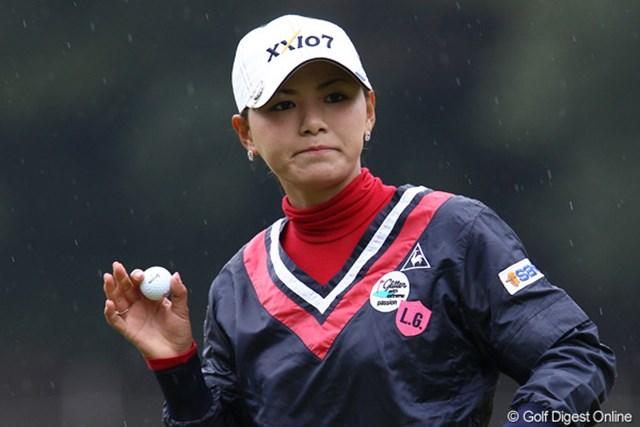 2011年 伊藤園レディスゴルフトーナメント 初日 横峯さくら  雨の中、14番までボギーをたたかず2アンダーとした横峯さくら
