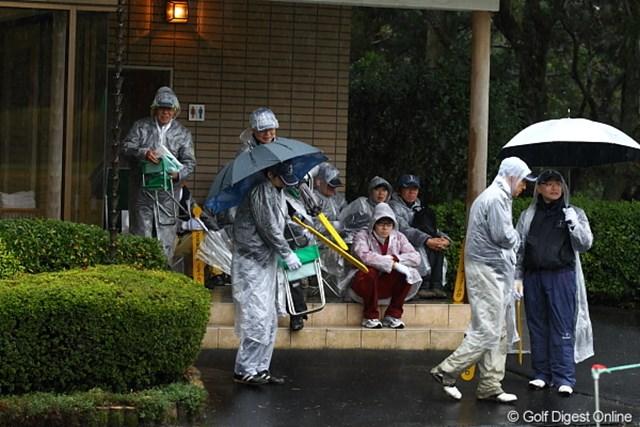ボランティアの方達も雨宿りで待機中。