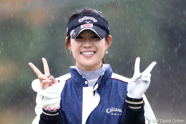 2011年 伊藤園レディスゴルフトーナメント 初日 キム・ソヒ  カメラに向かって両手でピース、今日のトップだよ~